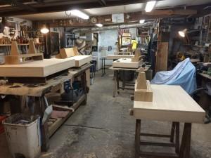 Les cinq bureaux dans l'atelier